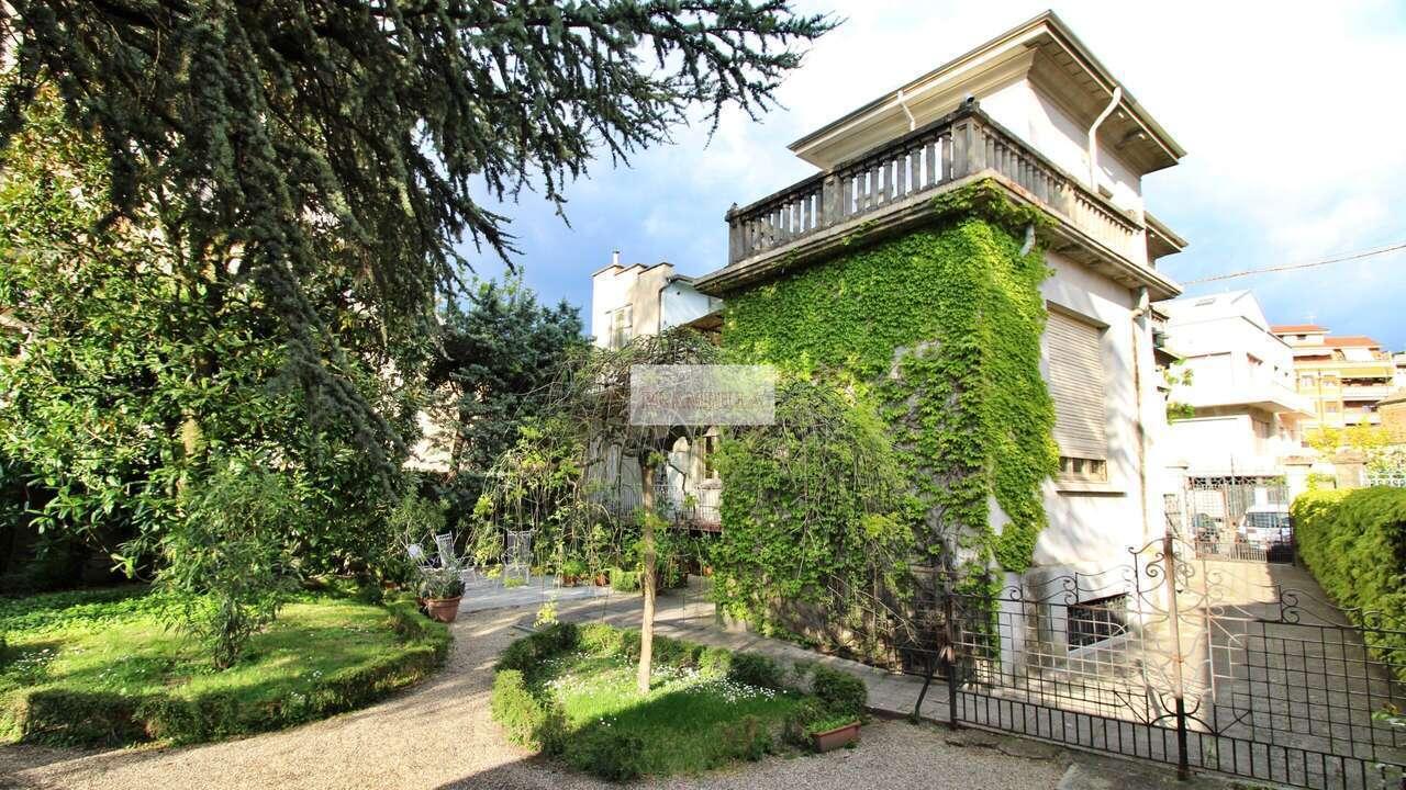 VOGHERA – Centro , Villa d'epoca con giardino