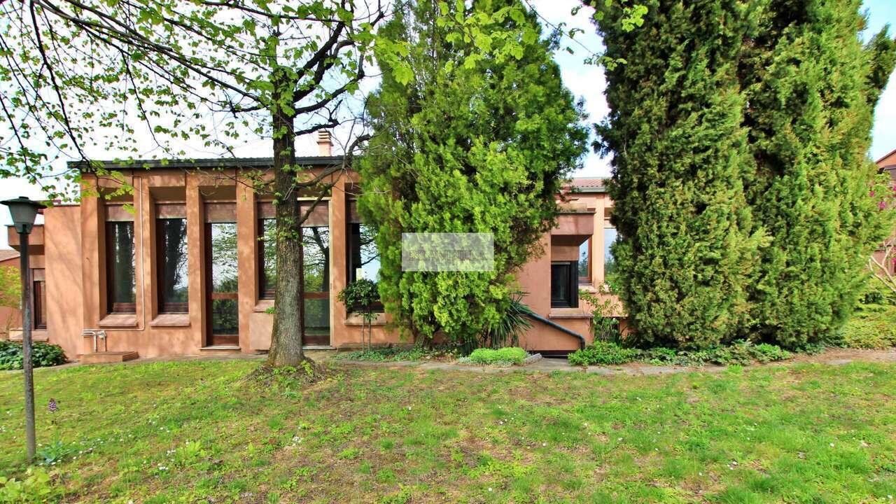 CASTEGGIO – Villa in posizione panoramica – Via Fermi